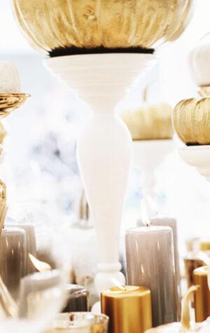 białe kolumny świecznikowe
