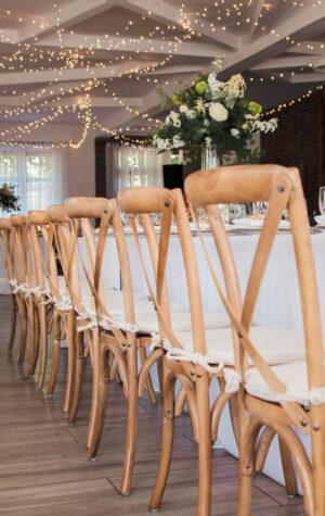 drewniane krzesła na ślub